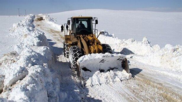 Isparta da kar köy yollarını kapattı