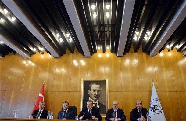 Başbakan Erdoğan, beraberindeki bakanlar, milletvekilleri ve işadamlarından oluşan bir heyetle Mısır'a gitti. Kahire'ye hareketi öncesi Atatürk Havalimanı'nda basın toplantısı düzenleyen Erdoğan, mısır temaslarına ilişkin bilgiler verdi.