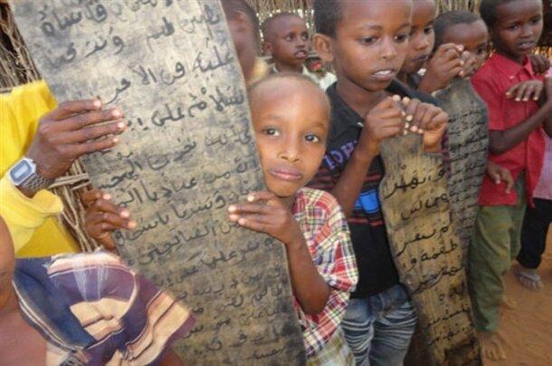 Açlık ve susuzluk nedeniyle her gün binlerce çocuğun ölmesi ile dünyanın gündemine gelen Somali'de, Müslüman çocukların, atık pillerin içerisindeki kömürü mürekkep, kamışı kalem ve ağaç gövdesinden elde ettikleri tahtaları defter yaparak Kuran-ı Kerim öğrenme çabaları insanı hayrete düşürüyor.