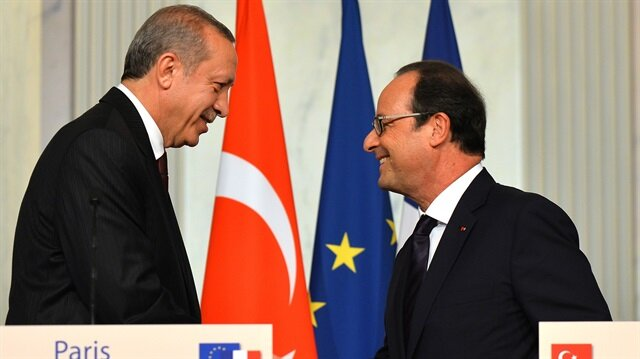 Turkish President Recep Tayyip Erdogan (L) attends a press conference with French President Francois Hollande (R) at the Elysee Presidential Palace in Paris, France on October 31, 2014.