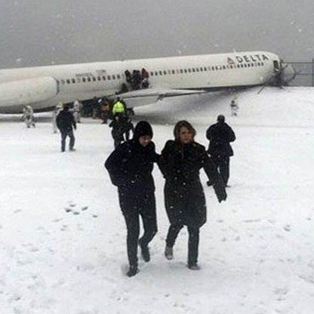 New York'ta yolcu uçağı pistten çıktı