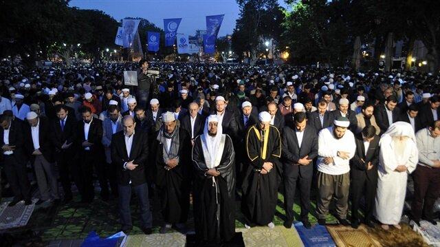 Ayasofya'da fetih namazına binlerce kişi katıldı