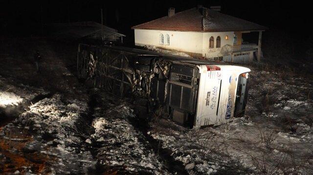 4 yolcu otobüsü devrildi: 85 yaralı