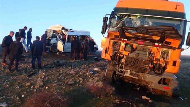 TIR ile öğrenci servisi çarpıştı: 7 ölü 16 yaralı