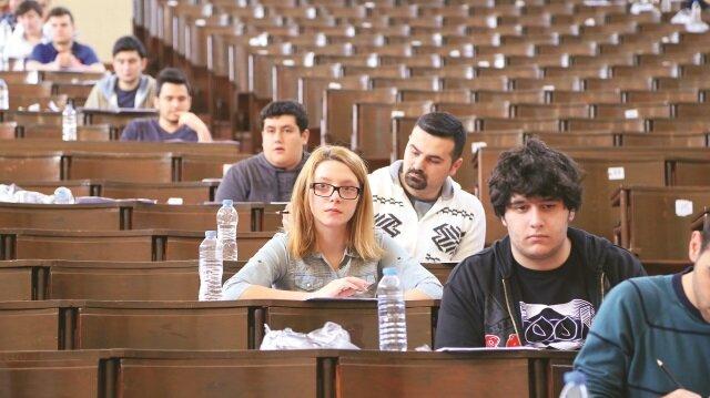 """YGS sonuçları öğrencilerin LYS için ümitlerini kaybetmesine neden olurken, öğretmenler öğrencilerine """"Çalışmayı bırakmayın"""" tavsiyesinde bulunuyor."""