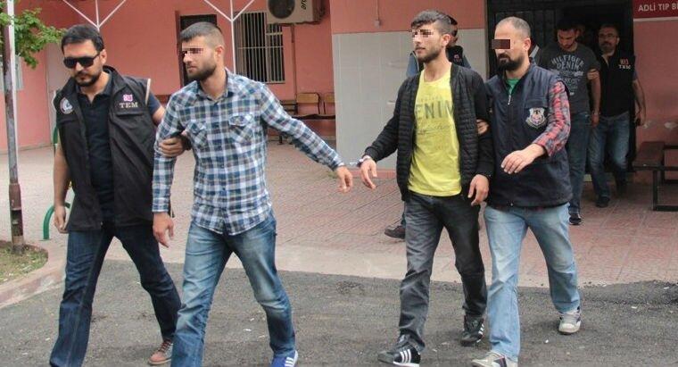 Adana'da gece yol kesip vatandaşı gasp eden PKK'lılar yakalandı. Zanlılardan biri polisle girilen çatışmada ölürken, yakalanan 6 PKK'lıdan 3'ü tutuklandı 2'sine ev hapsi verilirken, 1 PKK'lıya adli kontrol ve yurt dışına çıkış yasağı kondu.