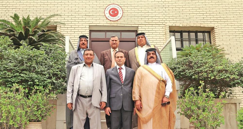 Kut'ül Amare Zaferi'nin 100'üncü yıl dönümü kutlamalarına katılacak olan Iraklı aşiret liderleri, Türkiye'nin Bağdat Büyükelçiliği Müsteşarı Sinan Zeren ile Büyükelçilik'te hatıra fotoğrafa çektirdi.