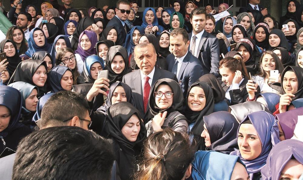 Cumhurbaşkanı Erdoğan, Eyüp'teki toplu açılış töreninin ardından Eyüp Kız Anadolu İmam Hatip Lisesi'ni ziyaret etti. Okula girişte yoğun sevgi gösterileriyle karşılanan Erdoğan, verdiği söz üzerine okula geldiğini söyledi.