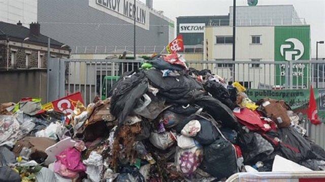 Paris sokaklarını çöp götürüyor