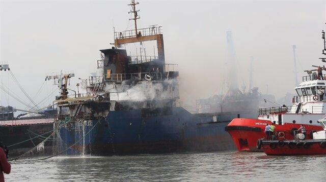 Mersin'de kuru yük gemisi yandı