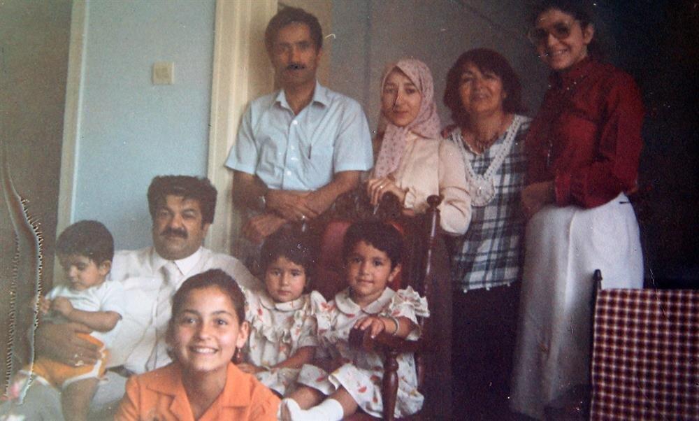 Cahit Zarifoğlu'nun kendisinden bir buçuk yaş büyük olan abisi Sait Zarifoğlu'yla birlikte çekildikleri bu fotoğrafta abisi, yengesi, Berat hanım, kızları Betül ve Ayşe var. Bir de yan komşu ve çocukları.