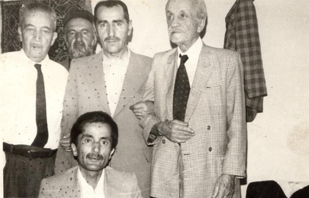 Necip Fazıl kısakürek Cahit Zarifoğlu'na hem kız istemek hem de nikahında şahit olmak için Van'a gitmiş.