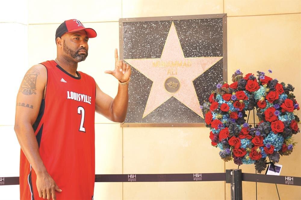 Muhammed Ali Hollywood Şöhretler Kaldırımı'nda da (Walk of Fame) anıldı. Şampiyonun, Hollywood'da diğer ünlü isimlerden farklı olarak duvarda bulunan yıldızının önüne çiçek ve bir çift boks eldiveni bırakan hayranları, anı fotoğrafı çektirmek için Hollywood Bulvarı'nda uzun kuyruklar oluşturdu.
