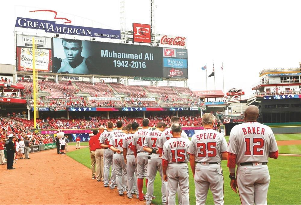 Boks dünyasının efsanesini ABD'li sporcular da unutmadı. Washington Nationals ile Cincinnati Reds arasında oynanan beyzbol müsabakası öncesi sporcular, Muhammed Ali için saygı duruşunda bulundu.