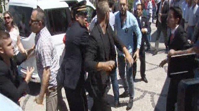 Şehit yakını olduğu iddia edilen bir kişi, CHP Lideri'ne hakaret ettiği gerekçesiyle darp edildi.