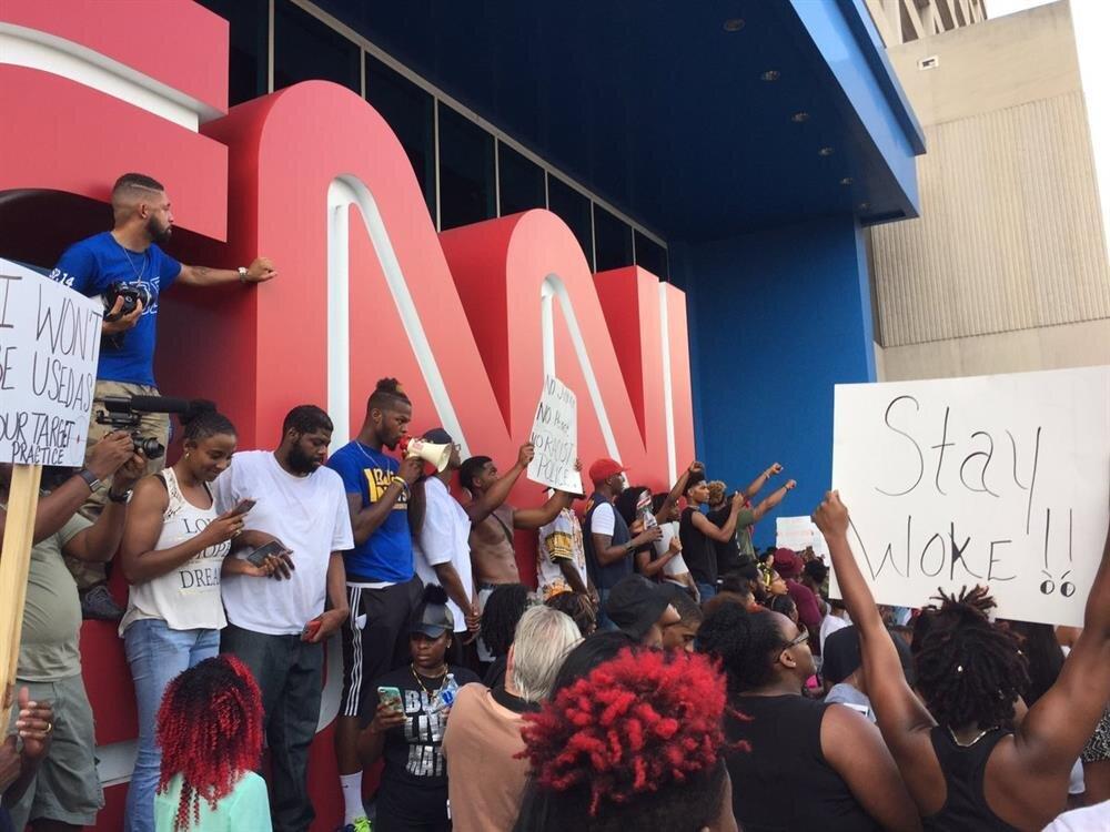 Göstericiler, CNN'i sessiz olmakla suçladı,