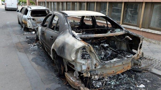 Berlin'deki gösteriler sırasında bazı araçlar da yakıldı.