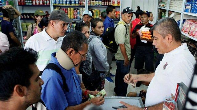 Venezuela'da gıda sıkıntısı yaşayan halk, 12 saatliğine açılan sınır kapısından Kolombiya'ya geçti, temel gıda maddelerini karşıladı.