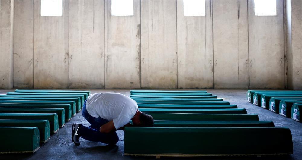 Aradan 21 yıl geçmesine rağmen hala acılarını taze yaşayan kurban yakınlarından birisi..