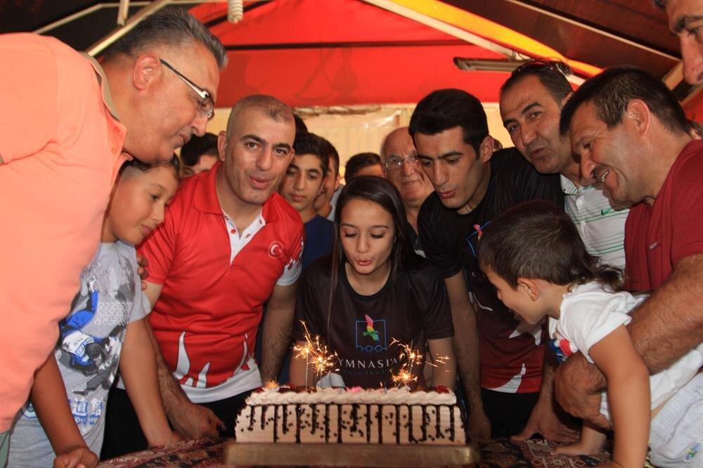 Judocu Dilan dünya ikincisi oluşunu pasta keserek kutladı.