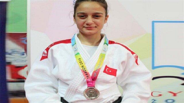 Milli judocu 17 yaşındaki Dilan Doğan, Trabzon'da yapılan Dünya Okul Sporları Olimpiyatı'nda gümüş madalya kazandı.