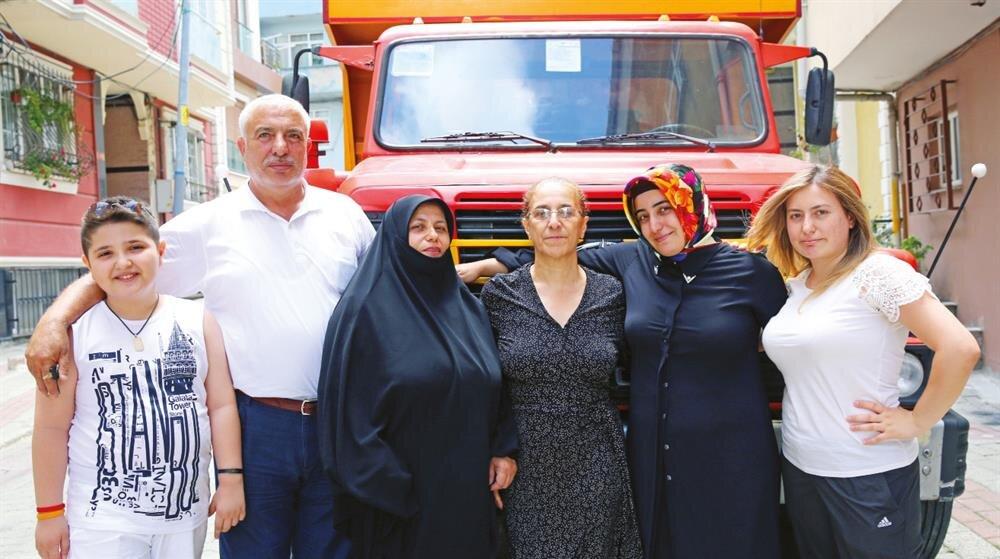 Taksim'deki kutlamalar sırasında Şerife Boz 'un şoförlüğünde meydana getirilen hafriyat kamyonunda gencinden yaşlısına bütün Boz Ailesi vardı.