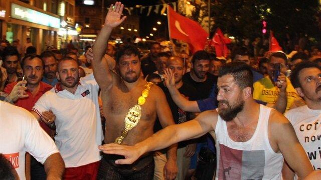 Başpehlivan Kara, Er Meydanı'ndan çıkıp demokrasi nöbetine katıldı