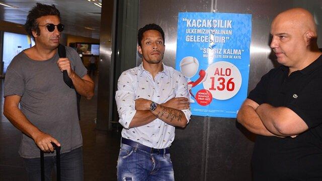 Beşiktaş Adriano'yu <br/>resmen açıkladı