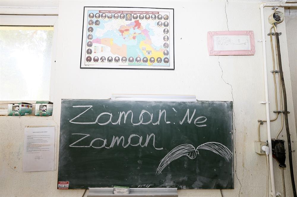 FETÖ'nün okulunda bulunan atölyelerden birinin girişinde 'Zaman, ne zaman' yazılı bir tablo bulundu.