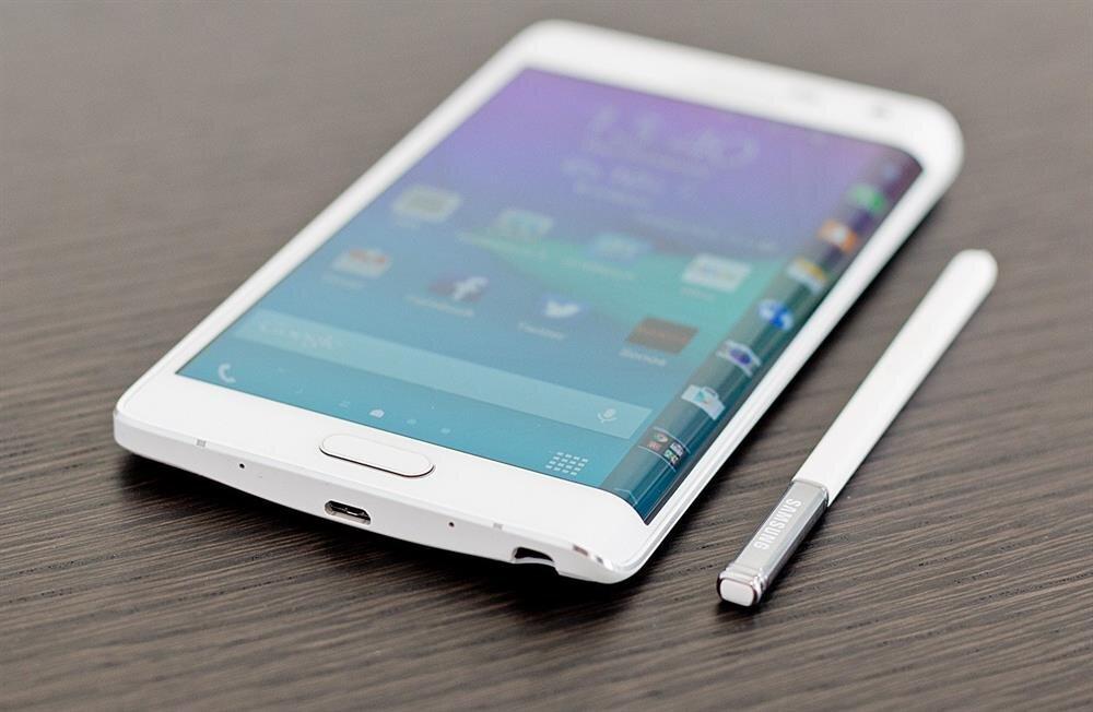 Samsung ilk kavisli ekrana sahip akıllı telefonu Note Edge'i 2 yıl önce tanıtmıştı.