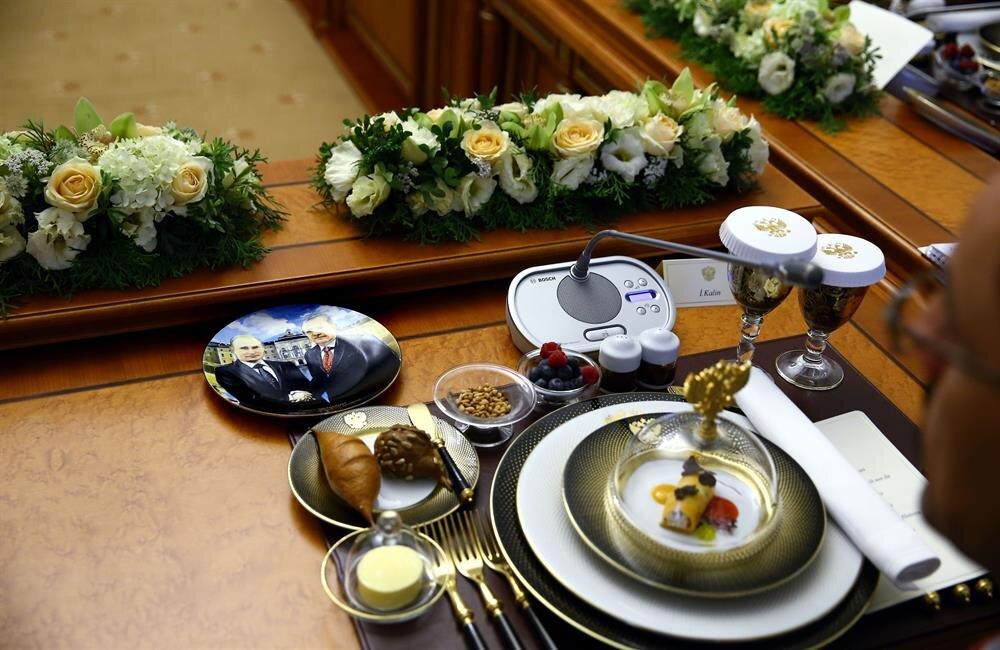 9 ay sonra ilk kez bir araya gelen iki lider görüşmenin ardından yemeğe geçti. Yemekte Rusya'nın tabak jesti dikkat çekti. Cumhurbaşkanı Erdoğan ile Rus Devlet Başkanı Putin'in fotoğraflarının olduğu tabak konuldu.