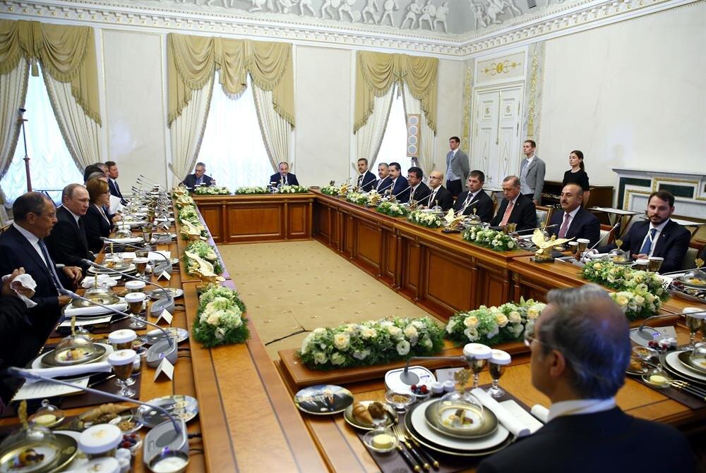 Liderlerin baş başa görüşmesinin ardından heyetler arası yemeğe geçildi.