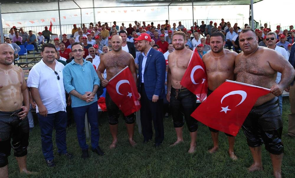 Bilal Erdoğan, başpehlivanlarla hatıra fotoğrafı çektirdi.