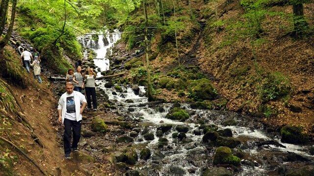 Yedigöller muhteşem doğal güzellikleri ile ziyaretçilerini bekliyor.