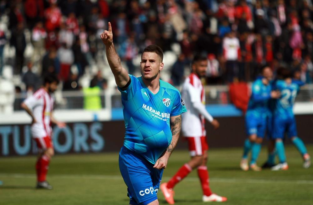 Trbzonspor'da bekleneni veremeyen Deniz Yılmaz, Bursaspor'da adeta küllerinden doğdu. 28 yaşındaki golcü, yeşil-beyazlı formayla çıktığı 13 maçta 6 gol 4 asistlik bir performans sergiledi.