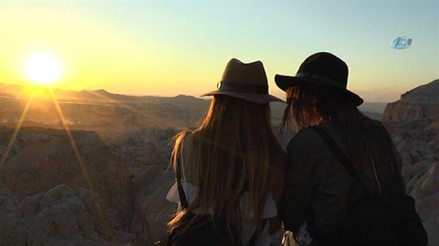 Tatilcilerin Kapadokya'daki gün batımı keyfi