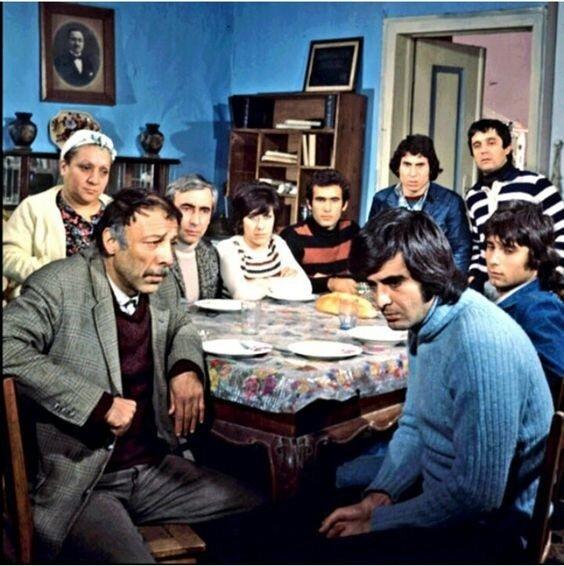 Tarık Akan, Türk sinemasının en çok ses getiren filmlerinden 1975 yapımı Bizim Aile'de Münir Özkul ve Adile Naşit ile başrolleri paylaşmıştı.