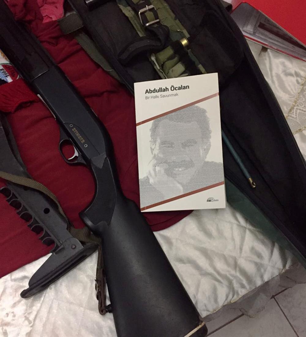 Operasyonda bir kalaşnikof tüfek ve tabanca ile silahlara ait mermiler de ele geçirildi.