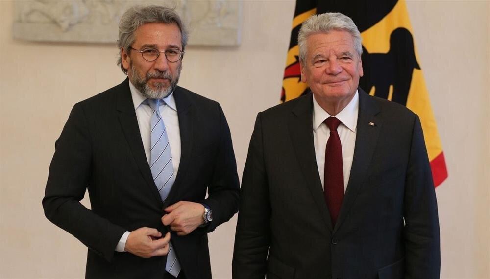 Can Dündar, Almanya Cumhurbaşkanı Gauck'un yanında telaşa kapıldı.