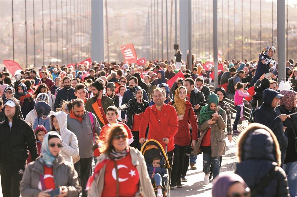 42,195 kilometrelik maraton, 15 kilometre, 10 kilometre koşuları ve Kahramanlar Koşusu olmak üzere 4 ana kategoride tamamlanan Vodafone 38. İstanbul Maratonu'na 120 ülkeden 30 bine yakın sporcu katıldı. Yüz binlerce İstanbullu da Kahramanlar Koşusu ile Asya'dan Avrupa'ya geçti. Maraton kapsamında 100'e yakın şehit yakını ve gazi koşucu da 93 metrelik Türk bayrağıyla köprüyü geçti.