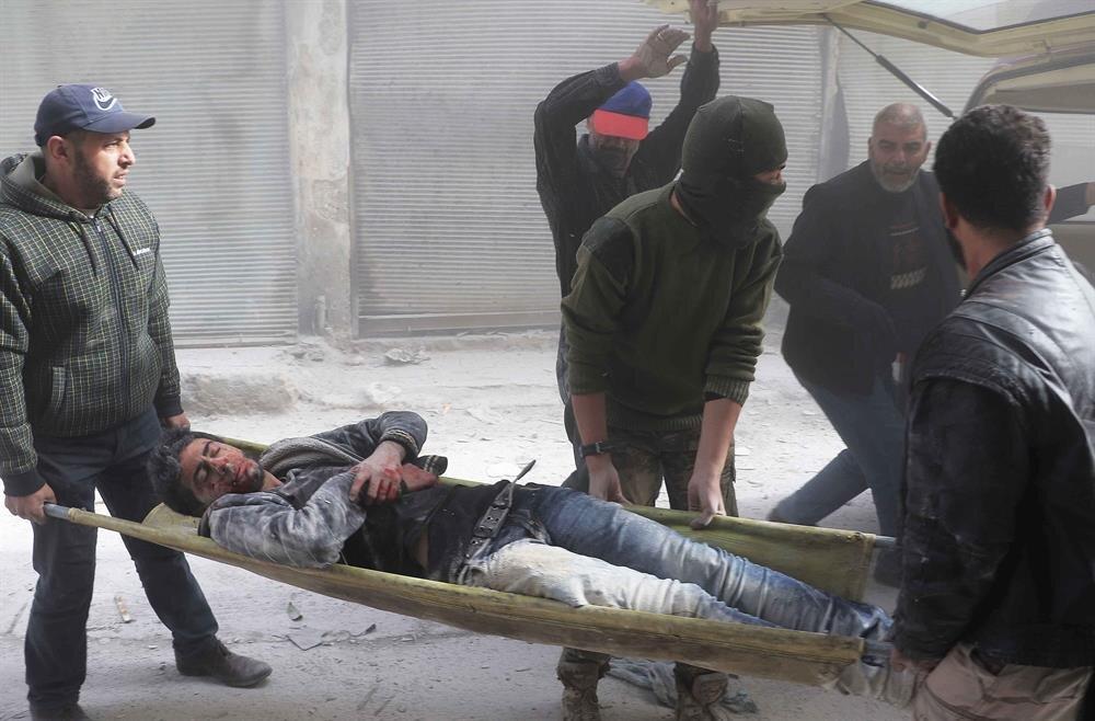 Halep'te olay yerinde yaralanan sivillere yardıma giden ekipler, yaralıları tedavi için hastaneye kaldırdı.