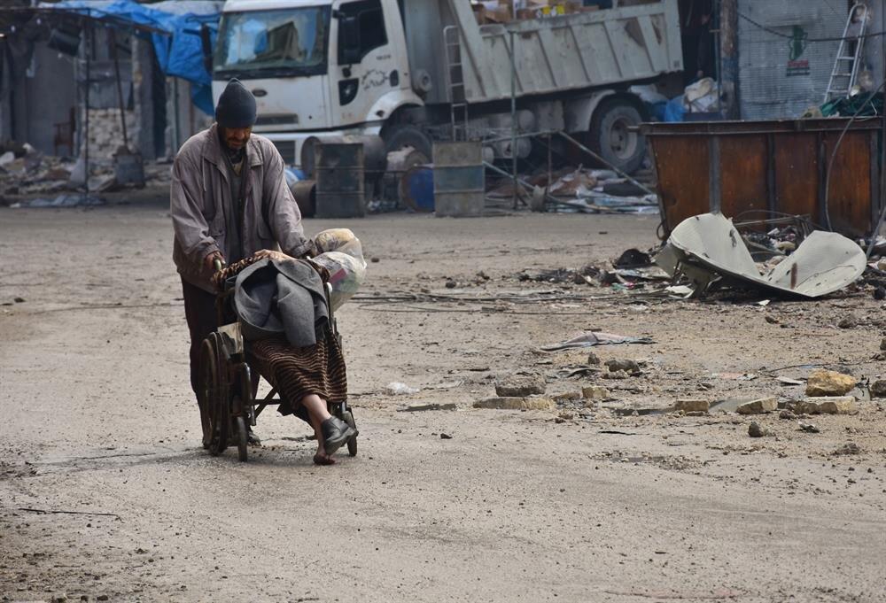 Sokakta eşi Sabah Muhammed ile görüntülenen Ebu Muhammed Halebi, çaresizce doktor gelmesini bekledi.