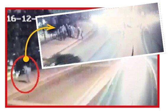 İlk saldırı 22.29'da Beşiktaş taraftarının 'Beleştepe' diye adlandırdığı noktada oldu. Bombalı araç, otobüse binen çevik kuvveti hedef aldı. Polisler, Maçka Parkı'nda farkettikleri canlı bombayı ise ko- şarak engellemeye çalıştı. Kendini patlatan terörist 4 polis ve bir vatandaşı şehit etti. Polisler kendilerini feda ederken facianın daha da büyümesini önledi.