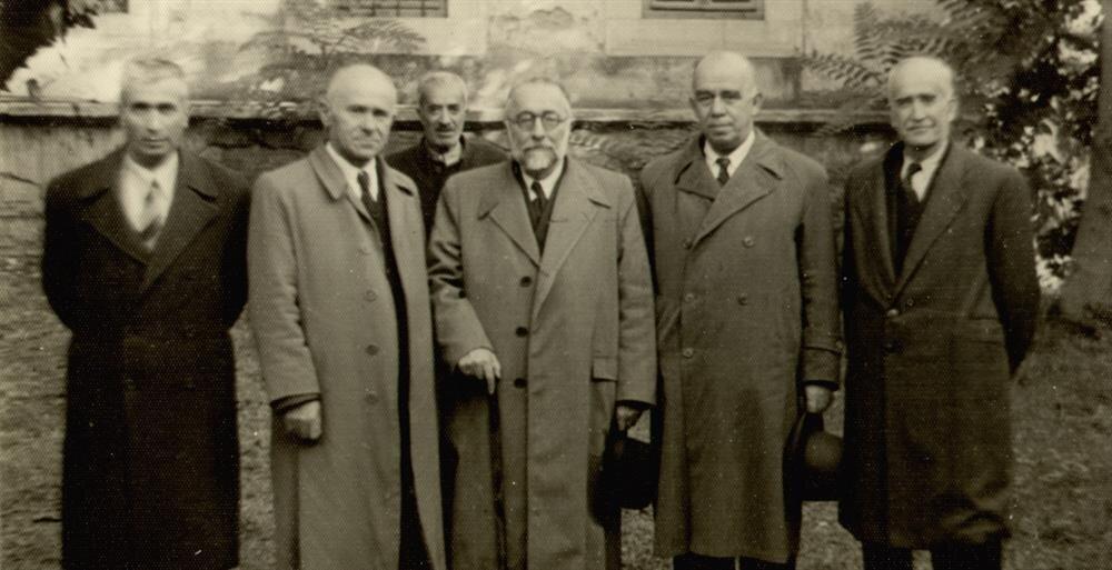 İmam hatip okullarının ilk kurs olarak açıldığı zaman Celal hoca kurs hocalarıyla birlikte. Solunda Ali rıza Sağman, en sağda ise Mehmet Zekai Konpara bulunuyor.