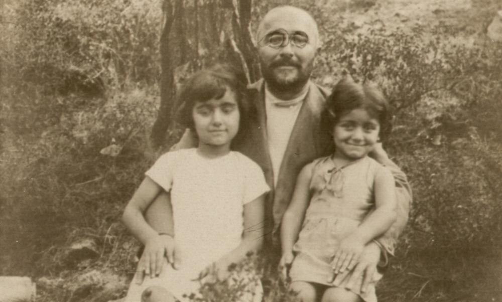 Celal hoca kızları Ayşe Hümeyra ve Fatma Züheyra ile birlikte.