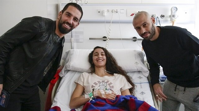 Arda Turan hastanelerdeki çocuklara hediye verdi