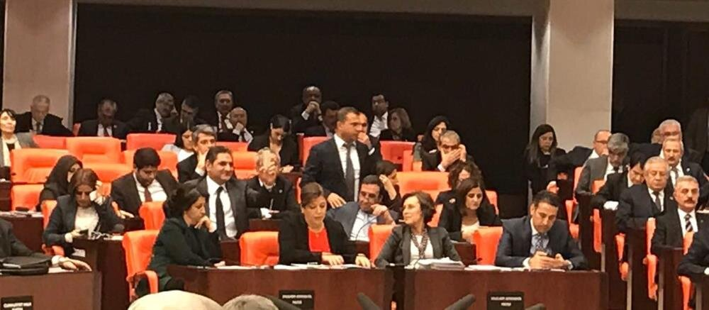 CHP'li Aykut Erdoğdu, HDP sıralarında görüntülendi.