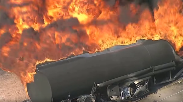 Ağzına kadar yakıt dolu tanker böyle yandı