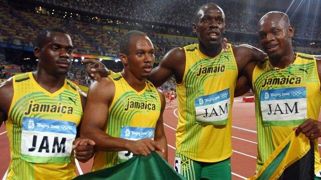 Takım arkadaşı diskalifiye edilen Bolt'un, altın madalyası iptal oldu.