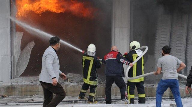 Adana'da plastik eşya deposunda yangın